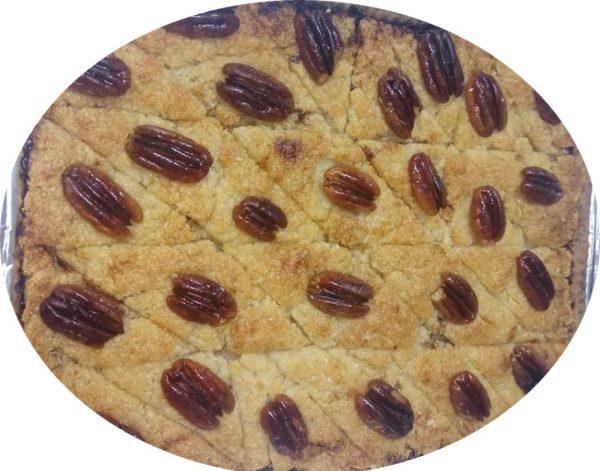 עוגת סולת וקוקוס במילוי תמרים
