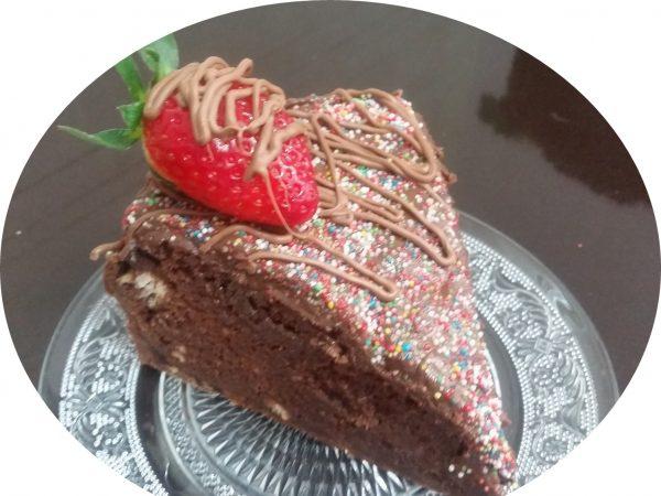 עוגת שוקולדית טחינה במילוי חטיפי שוקולד