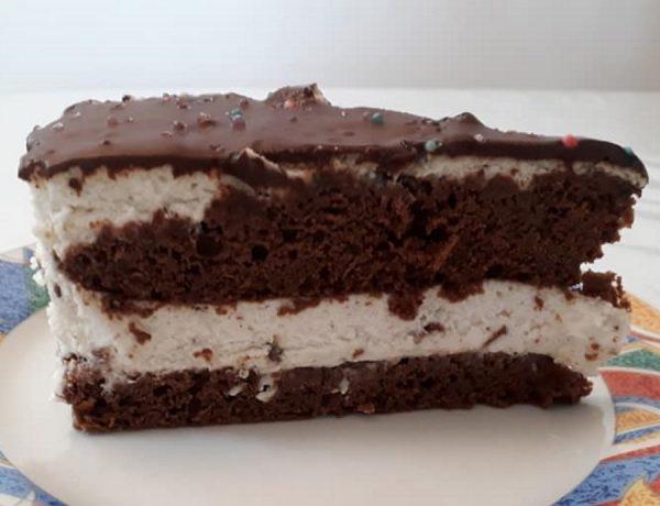 עוגת שוקולד במילוי קרם קצפת וניל