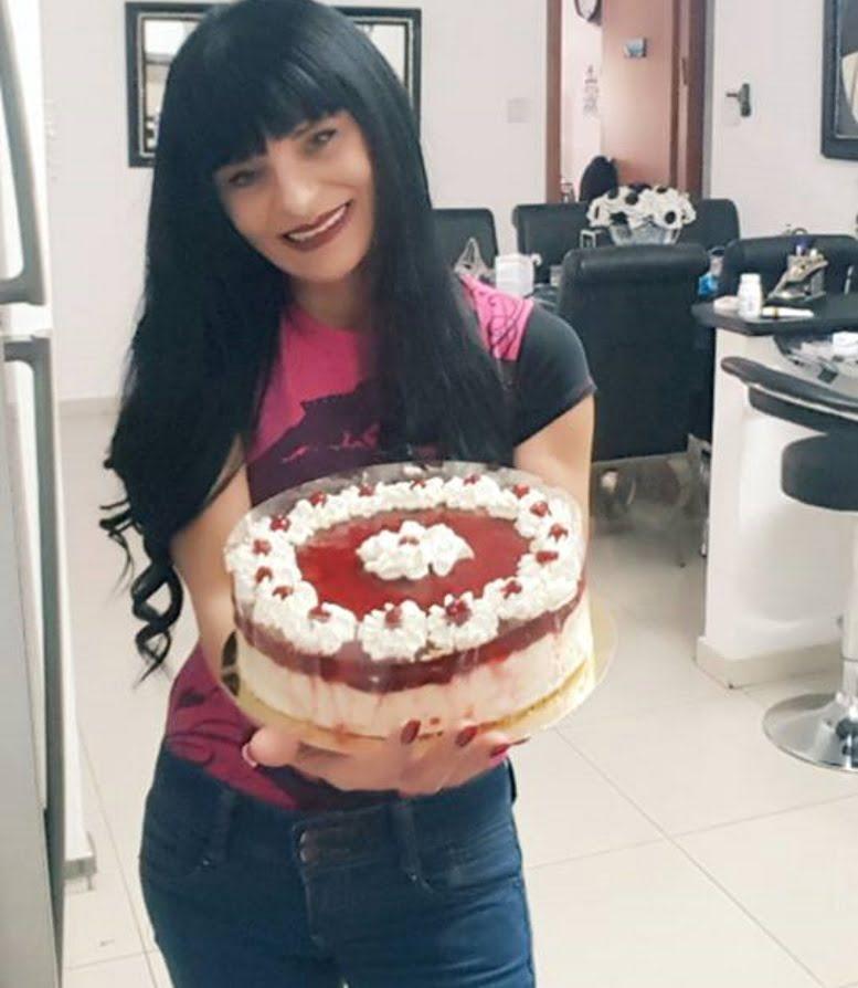 עוגת גבינה קרה בציפוי מרמלדה תותים ,ג'ילי וקצפת