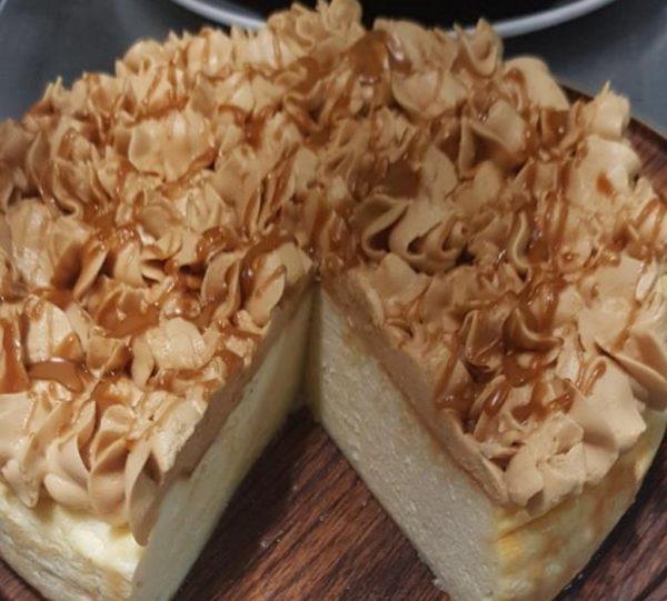 עוגת גבינה בזילוף קצפת בטעם ריבת חלב עם נגיעות ממרח לוטוס