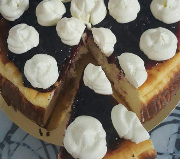 עוגת גבינה עם אוכמניות וקצפת