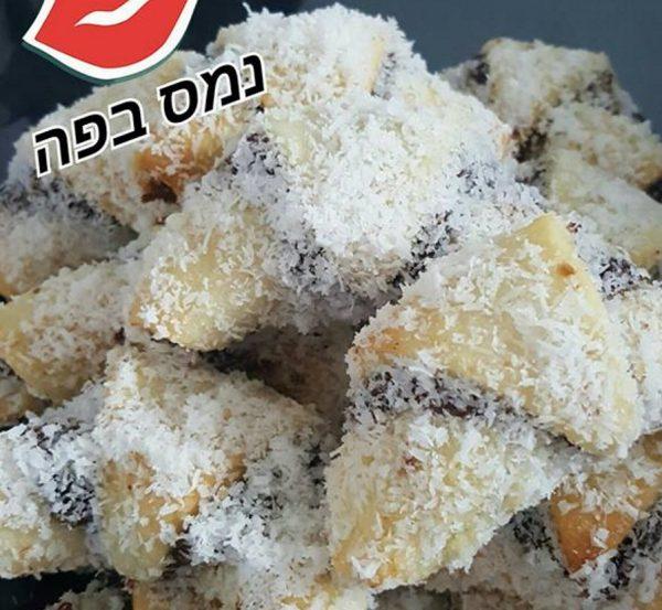 עוגיות במילוי ממרח תמרים ואגוזי מלך , טבול בסירופ ומצופה בקוקוס