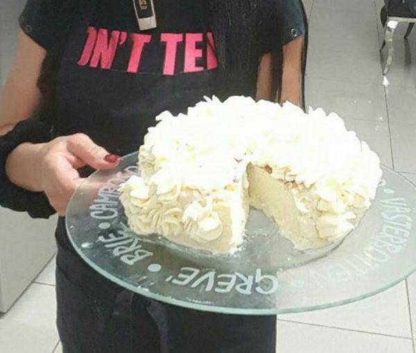 עוגת גבינה עם ציפוי שמנת מתוקה
