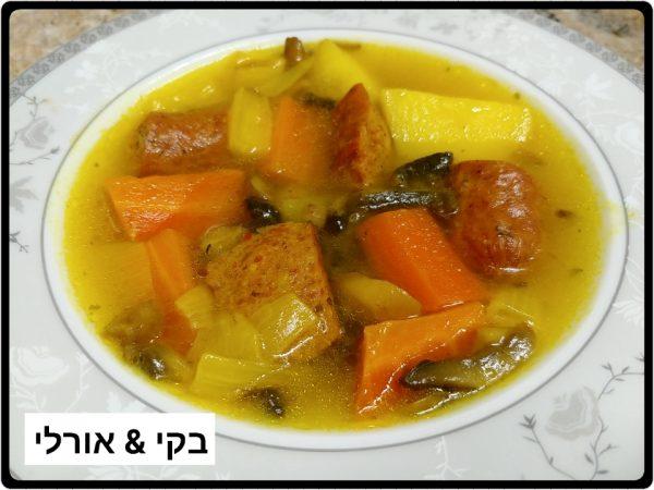 מרק ירקות עם נקניקיות צ'וריסו