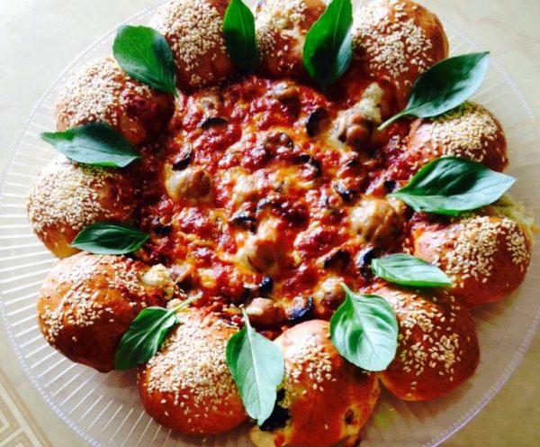 מאפה תרד עם גבינות וזיתים ובמרכז פיצה