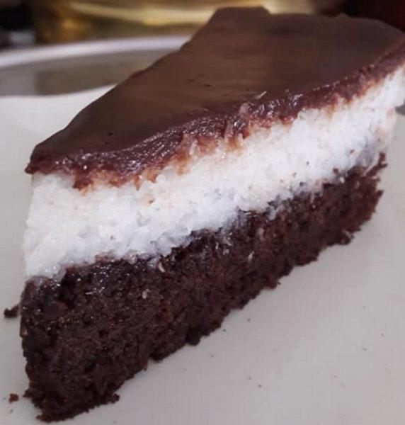 עוגה בשלוש שכבות : שוקולד, קוקוס וגנאש