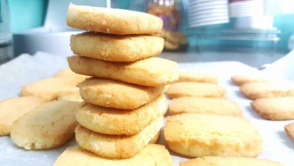 עוגיות חמאה מרובעות עם סוכר