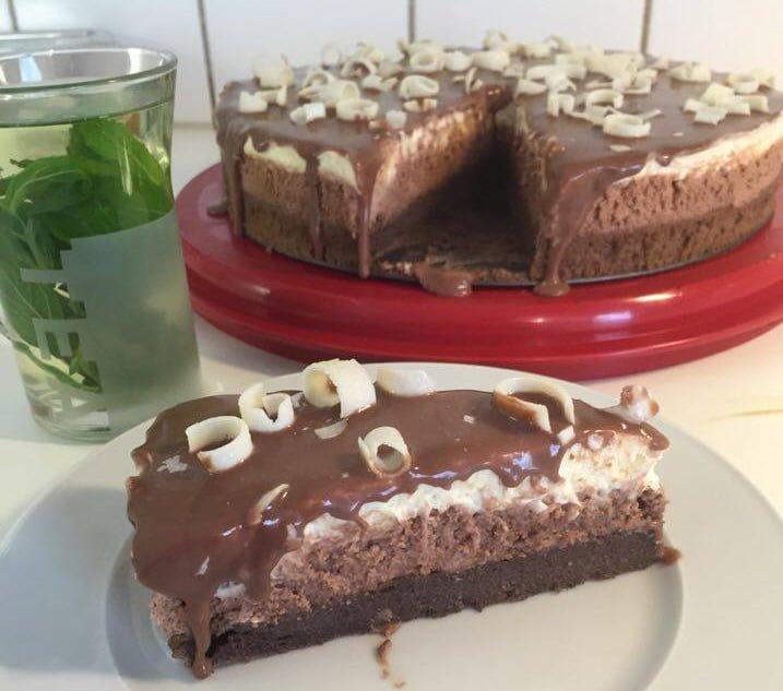 עוגת בראוניז ושכבות קרם וניל ושוקולד.