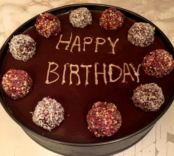 עוגת כדורי שוקולד עם כדורי שוקולד מעל