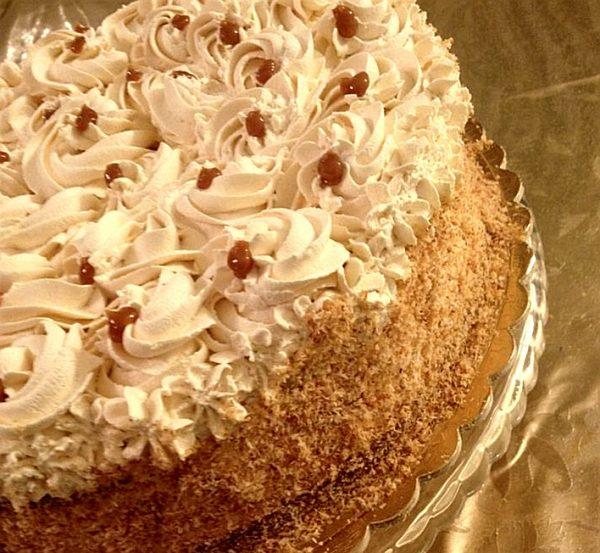 עוגת ריבת חלב ספוגה בסירופ ושבבי קוקוס