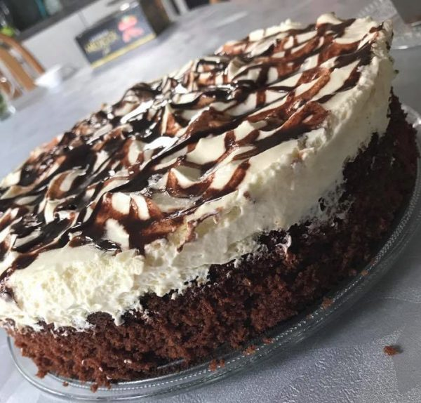 עוגת שוקולד קרם וניל וסירופ שוקולד