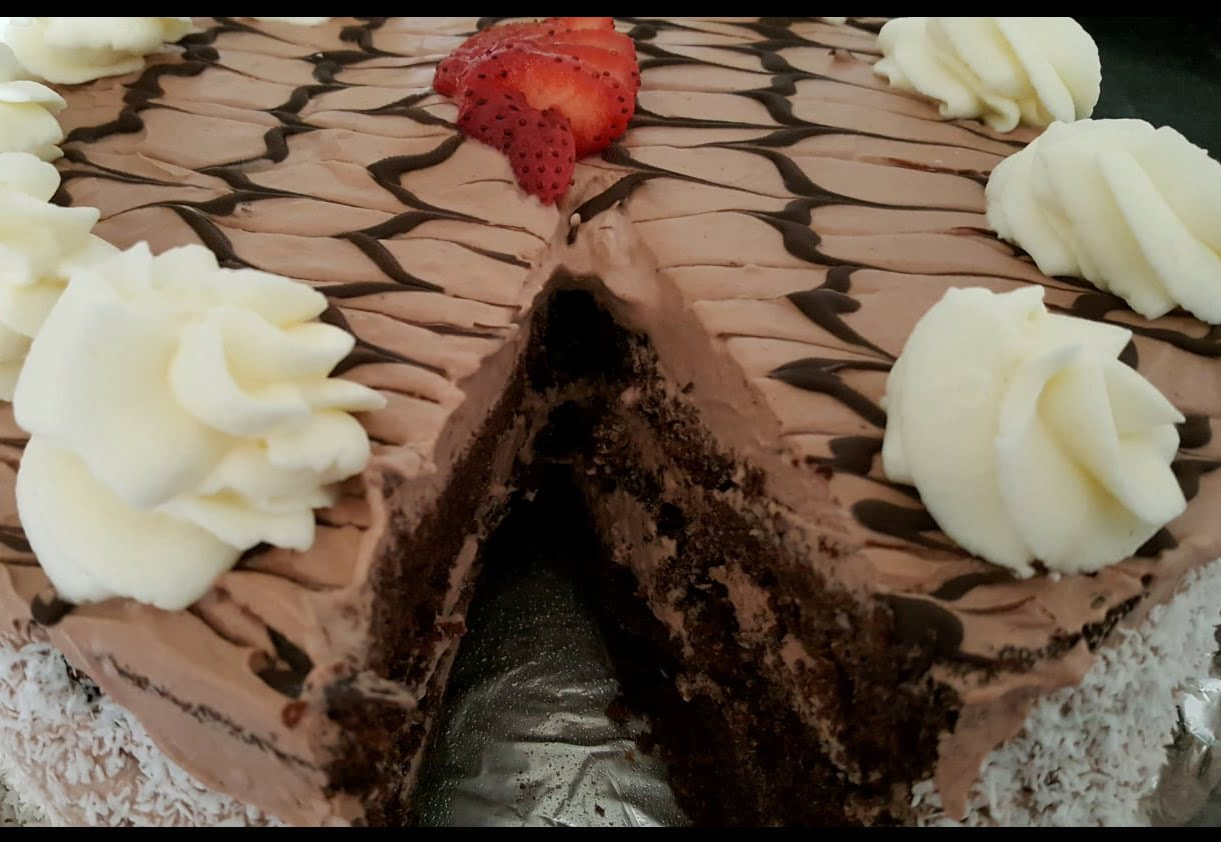 עוגת שוקולד שכבות שמנת מתוקה ושוקולד בסירופ נס קפה