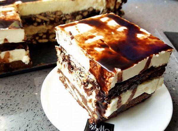 עוגת שכבות כדורי שוקולד עם קצפת