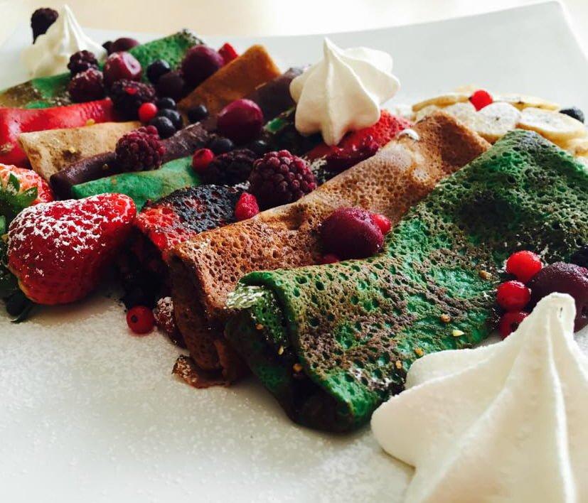 פנקייק צבעוני ושוקולד נוטלה ופירות יער לפסח גם