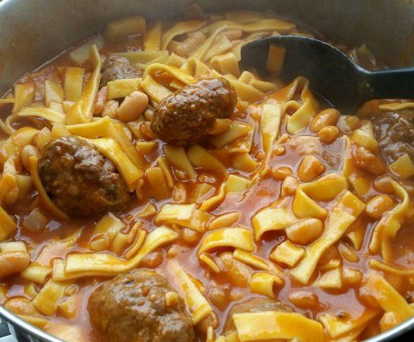 תבשיל קציצות בקר,שעועית ואיטריות