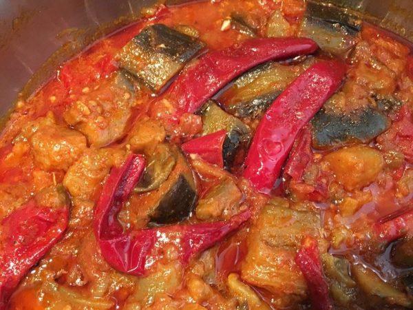 תבשיל חצילים ברוטב עגבניות ופלפלים מרוקאי אסלי