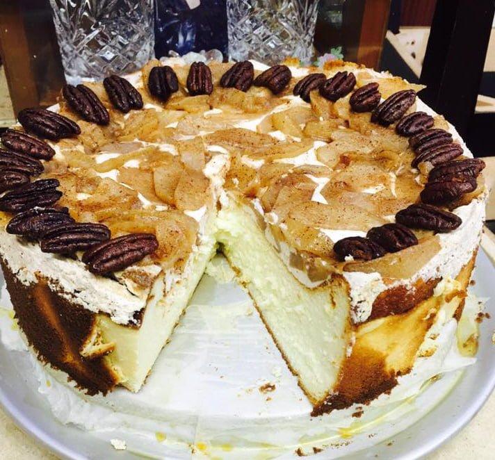 עוגת גבינה עם תפוחי עץ מקורמלים בסוכר חום וקינמון בעיטור פקאן
