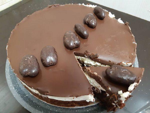 עוגת שוקולד ושקדים בציפוי קצפת וגאנש פרווה ללא גלוטן (כשרה לפסח)