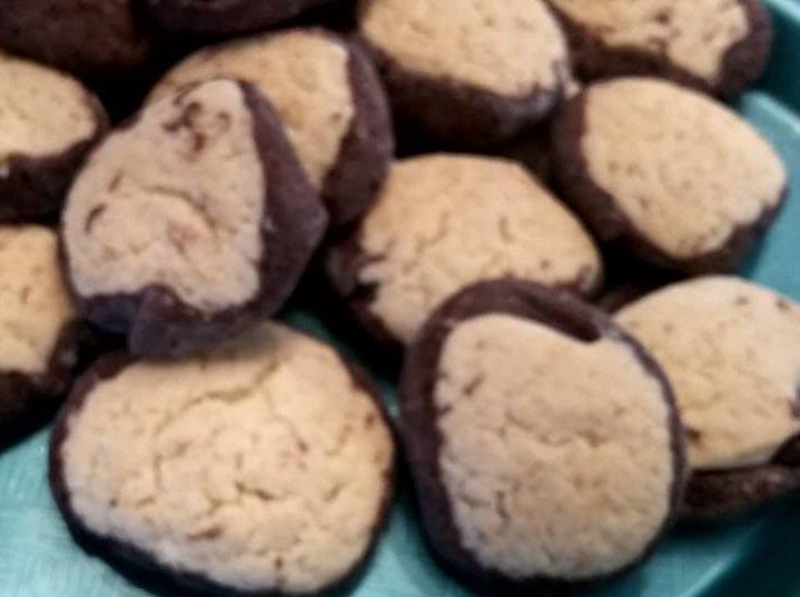 עוגיות ווניל עם עיטור שוקולד מסביב