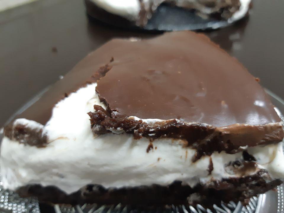 עוגת שוקולד ללא ביצים, מצופה בקצפת ומעל גנאש כשרה לפסח
