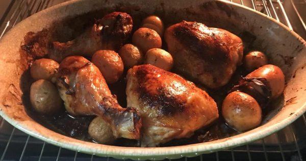 עוף שחום עם תפוחי אדמה