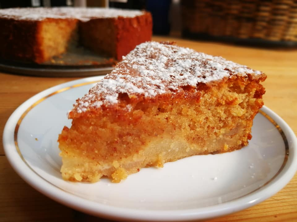 עוגת שקדים עם אגסים מקורמלים ויין לבן