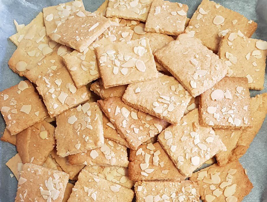 עוגיות ושקדים פרוסים