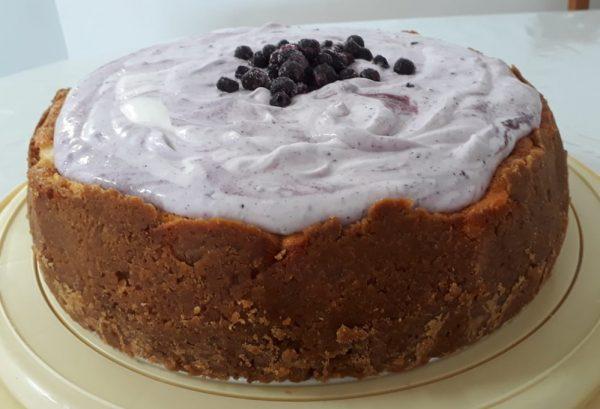 עוגת גבינה אפויה בציפוי ענן פירות יער