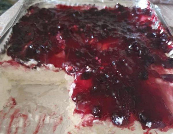 עוגת גבינה קרה עם אוכמניות ללא אפיה