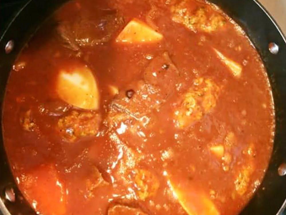 תבשיל שעועית עם בשר וחלקי הודו