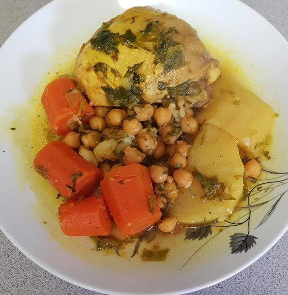 עוף עם ירקות וחומוס