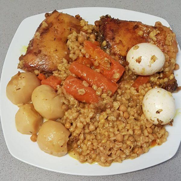 חמין עוף עם ירקות גריסים וחיטה