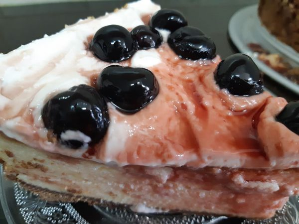 עוגת גבינה בציפוי שמנת חמוצה ודובדבני אמרנה_אורנה ועלני