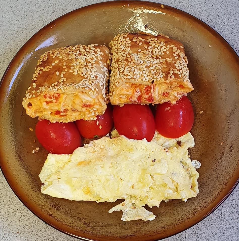 טורטיות בציפוי ביצה ושומשום במילוי רוטב פיצה גבינות ופלפל אדום_יפה וקס ברקו