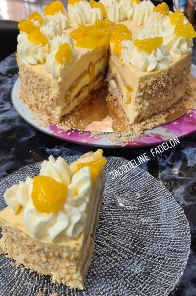 עוגת מוס גבינת שמנת עם מחית מלית כפולה מנגו ושוקולד על תחתית ביסקוויטים וזילוף קצפת_מתכון של  זקלין פדלון
