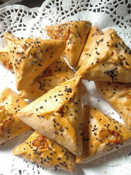 בורקיטס במלית בטטה… גבינה צהובה וטימין_מתכון של שלומית שחר