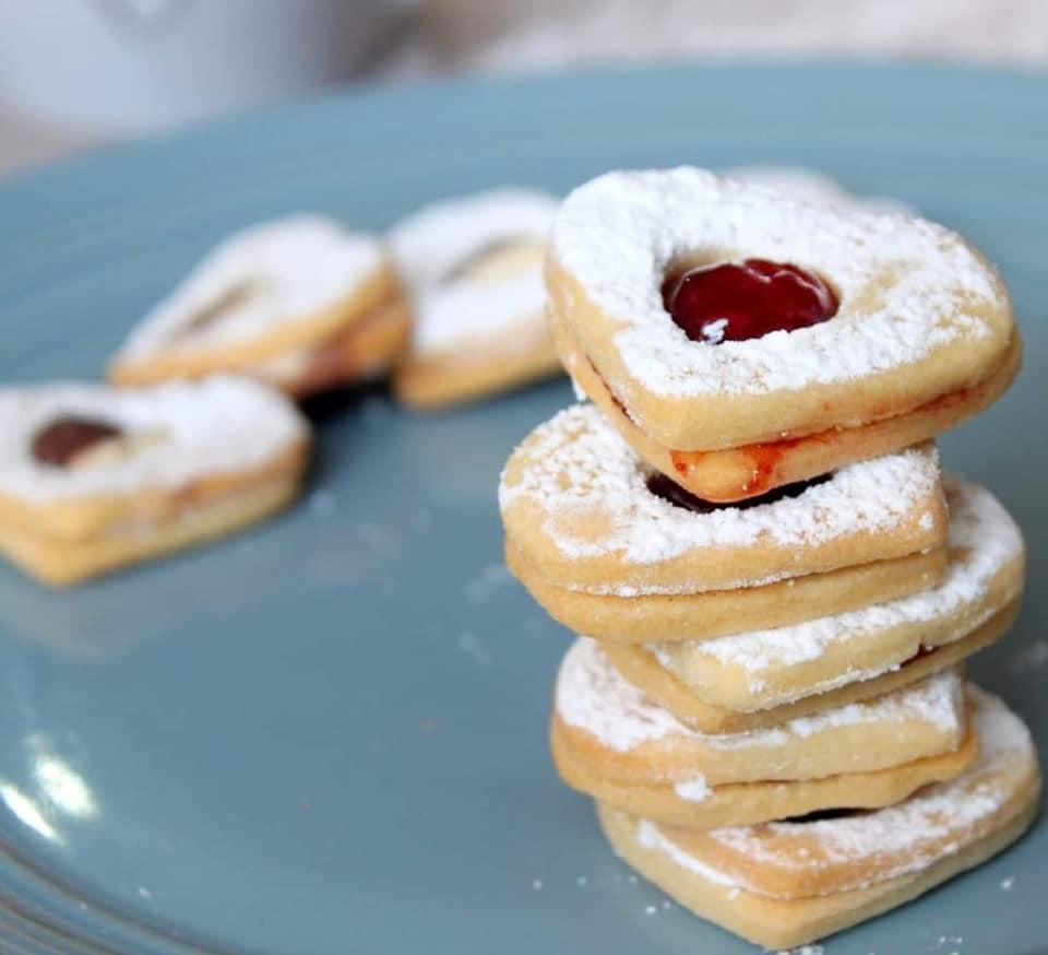 עוגיות סנדוויץ' במילוי קינדר בואנו וריבת תות_מתכון של הילה סמוכה רשתי