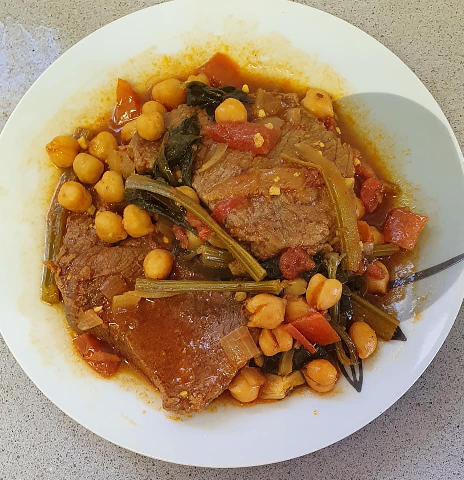 פרוסות בשר ,סלרי, חומוס ברוטב אדום_מתכון של יפה וקס-ברקו