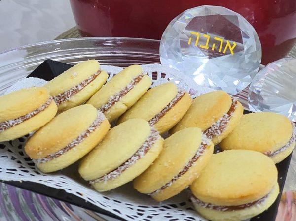 מתכון כתוב + סרטון  להכנת אלפחורס מושלמים_מתכון של : נגיעות של אהבה עוגות ועוגיות של ג'יזל