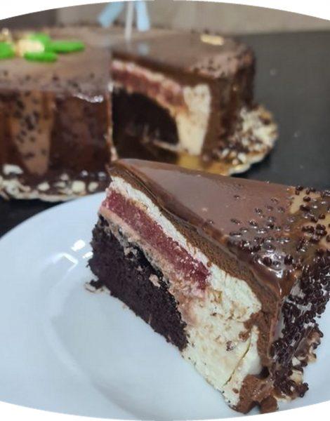 מתכון כתוב + סרטון להכנת טורט שוקולד במילוי תותים בתוך מוס שוקולד לבן ומוס שוקולד מריר וציפוי גלסאז' שוקולד מריר_מתכון של  זקלין פדלון