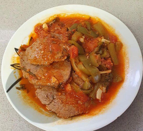 פרוסות בשר עם סלרי פלפלים ירוקים ועגבניות בניחוח שמיר