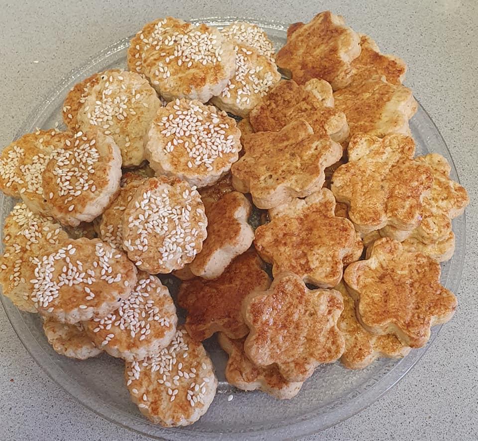 עוגיות קליצ'ה פרח/עגולות בציפוי שומשום