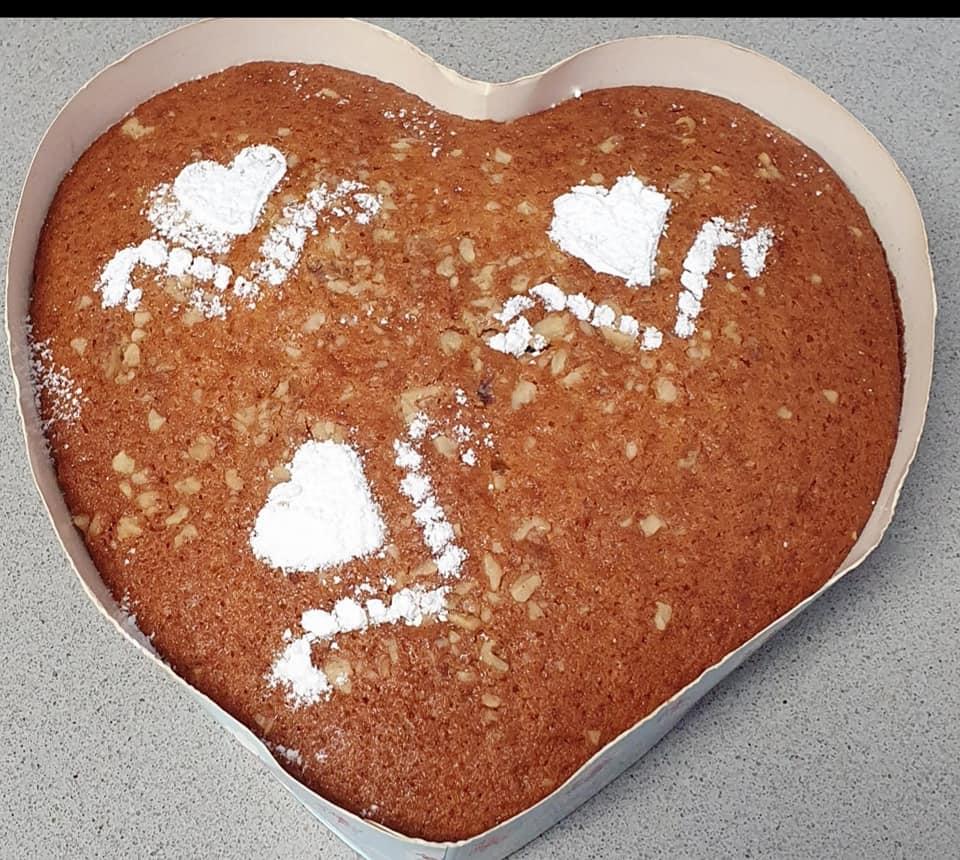 עוגת לב בטעם אננס עם שוקולד ציפס בציפוי אגוזי מלך וקישוט באבקת סוכר