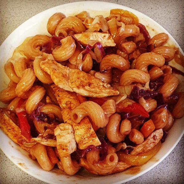 מוקפץ פסטה ירקות ורצועות עוף