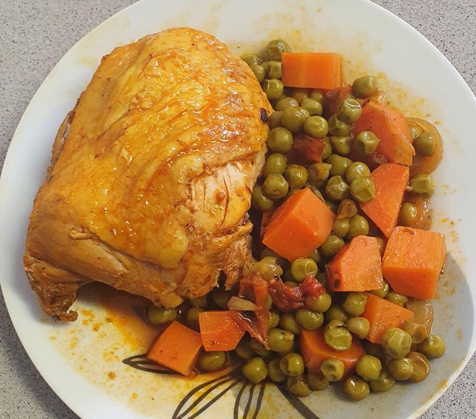 עוף ברוטב אדום עם אפונה ירוקה עגבניות שרי וקוביות גזר