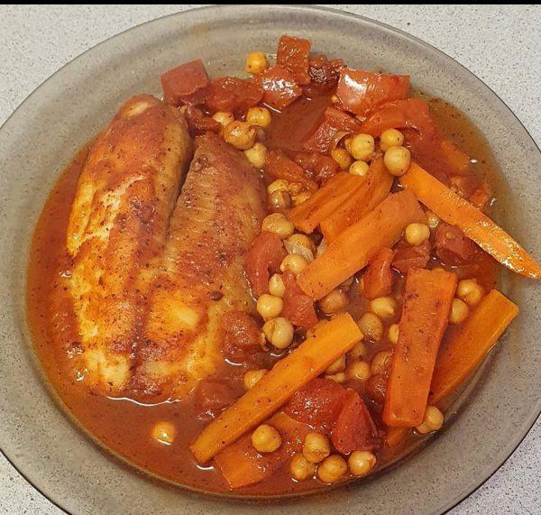 פילה דג אמנון ברוטב אדום עם חומוס ופרוסות גזר