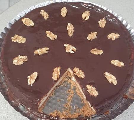 עוגה חלבית(שמנת) בציפוי גנאש ובקישוט חצאי אגוזי מלך