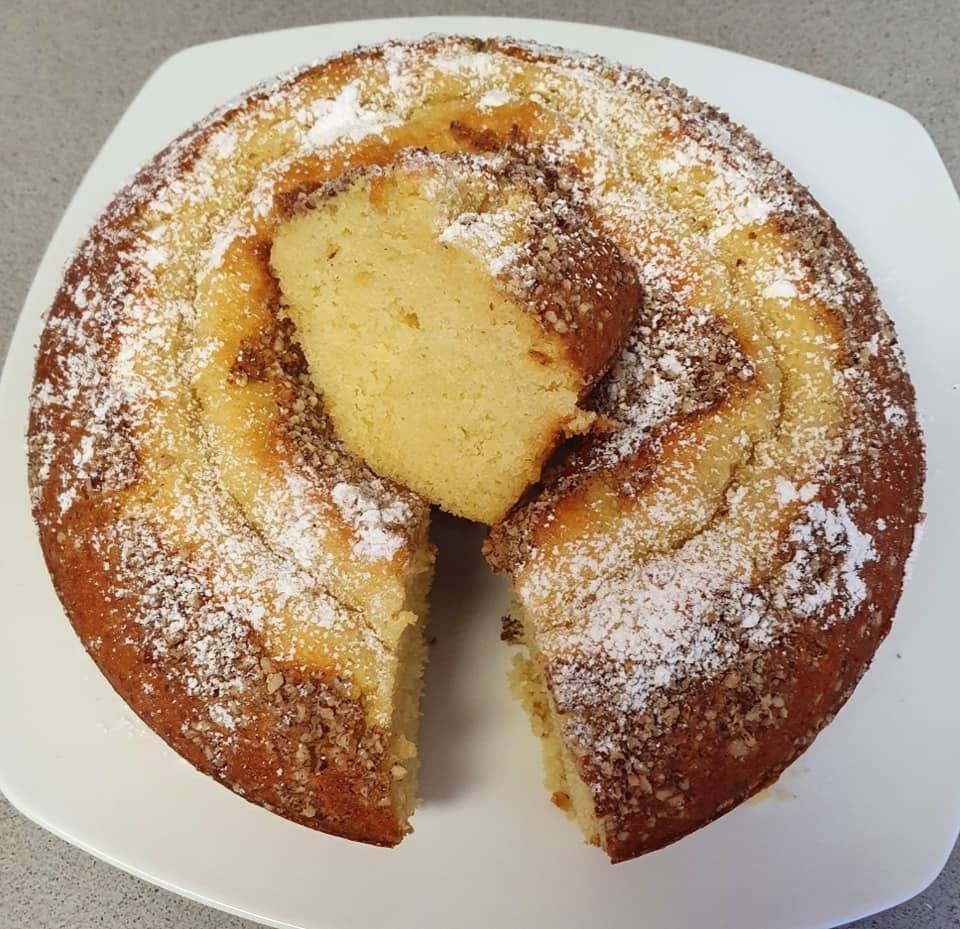 עוגה בטעם מנדרינה בציפוי פקאן טחון