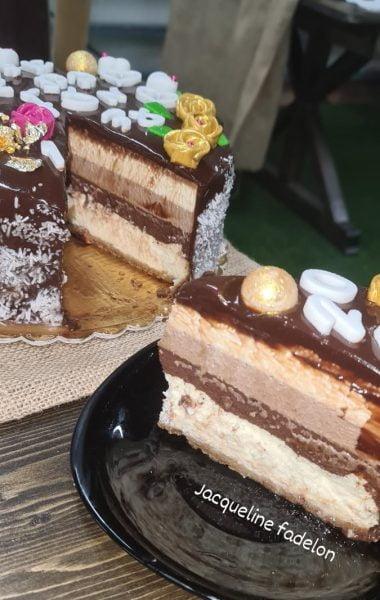 מתכון כתוב + סרטון להכנת עוגת גבינה אפוייה ללא קמח מוס עם מוס טריקולד ומוס קפוצ'ינו מעל בציפוי גלסאז' _מתכון זקלין פדלון